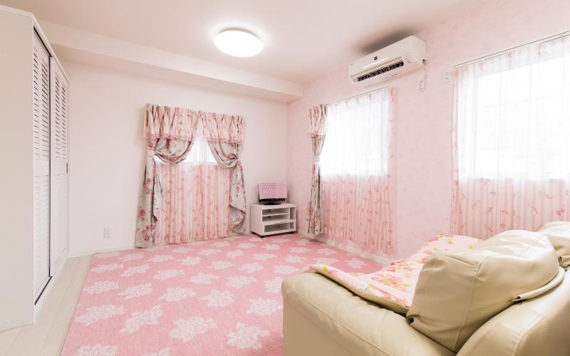 ピンクをあしらったかわいらしい家 の画像9
