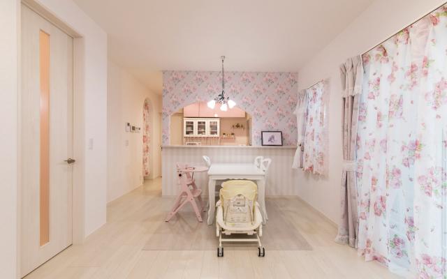 ピンクをあしらったかわいらしい家の画像