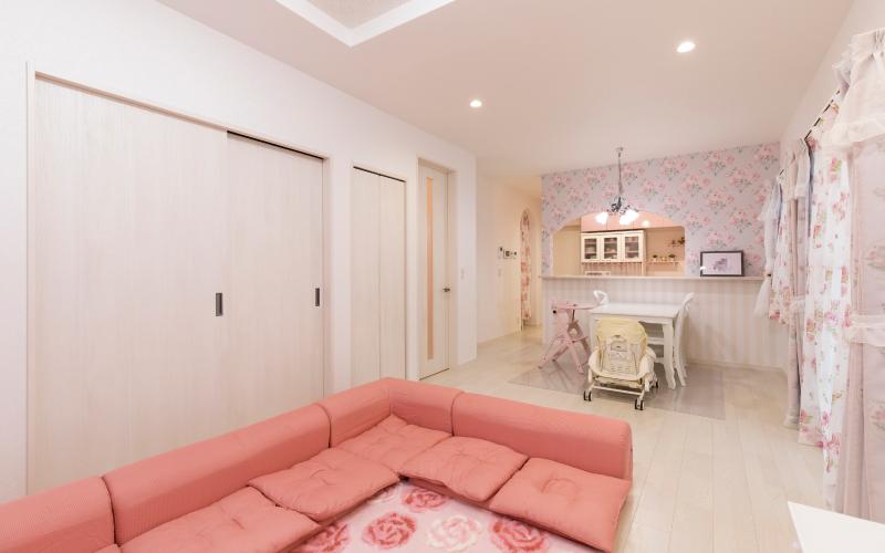 ピンクをあしらったかわいらしい家 の画像3