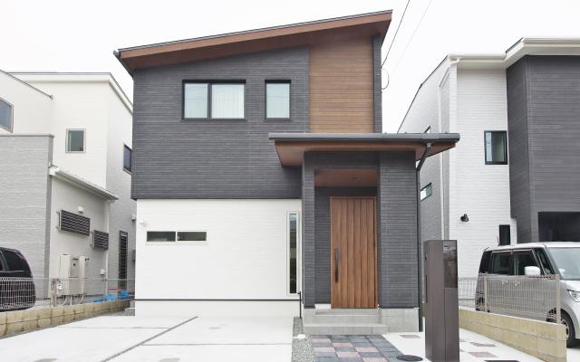 高さと広がりを満喫する家の画像