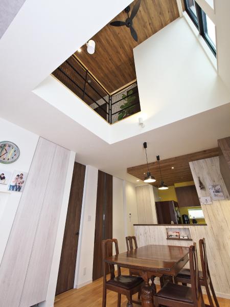 高さと広がりを満喫する家 の画像10