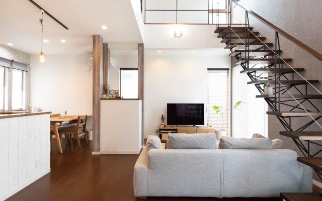 オシャレなスリット階段のある家の画像